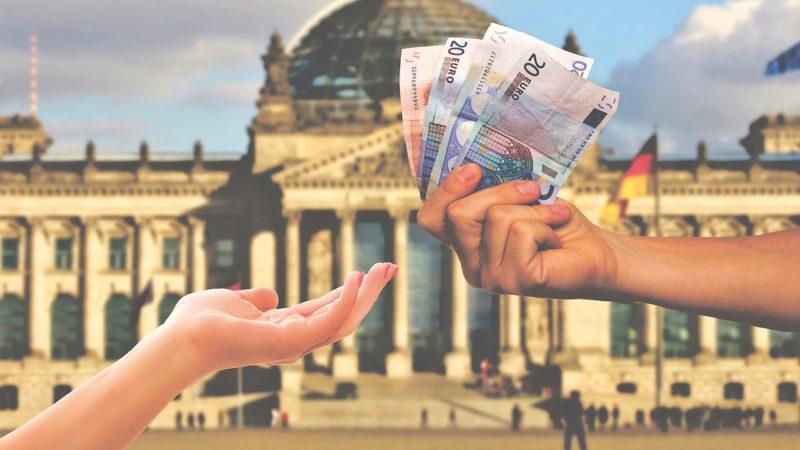 Coraz mniej banków, coraz wyższe opłaty bankowe