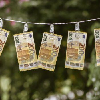 Dolar pod ostrzałem