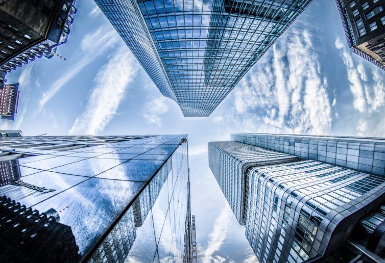 Inteligentne miasta przyszłości biurowcami stoją