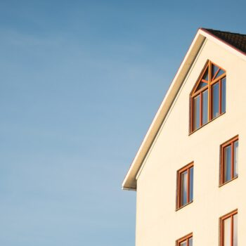 Jaka jest wartość początkowa nieruchomości wniesionej do spółki, od której może ona naliczać odpisy amortyzacyjne