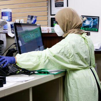 Jakie dodatkowe formalności musi spełnić pracodawca w przypadku pracownika z koronawirusem