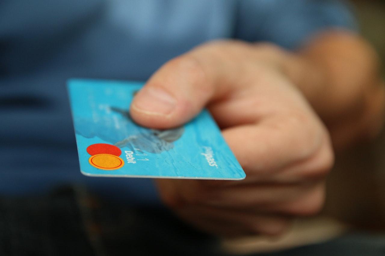 Niemal dwa razy mniej wydanych kart kredytowych w 2020 r.