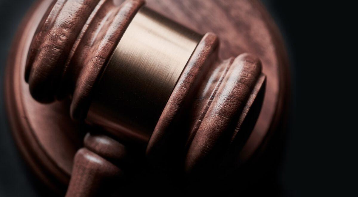 Nieobecność podejrzanego, będącego osobą niepoczytalną, przy orzekaniu o zastosowaniu wobec niego środka zabezpieczającego jest niezgodne z Konstytucją RP