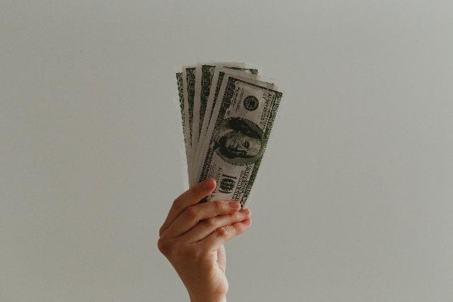 Opodatkowanie darowizny pieniędzy pomiędzy siostrami przy wspólności majątkowej z mężem darującej