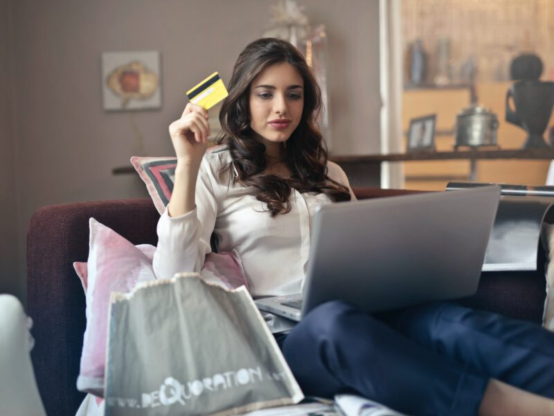Polacy kupują online mniej odzieży, więcej jedzenia i artykułów spożywczych