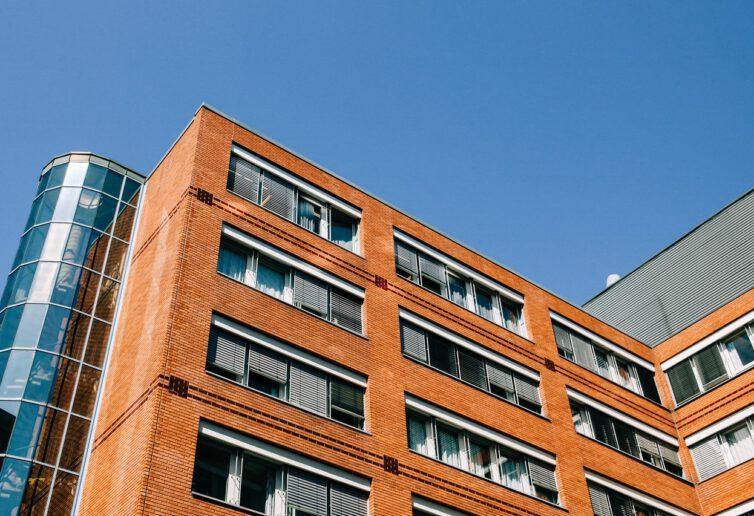 Profity mieszkaniowych deweloperów giełdowych w zakończonym półroczu wciąż na fali.