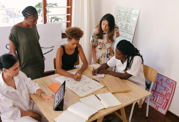 Rynek pracy powoli się odbija 58 % firm prowadzi rekrutacje