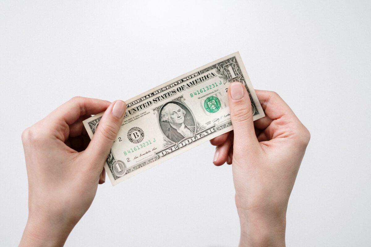 Rynki czekają na powrót normalności, dolar zyskuje