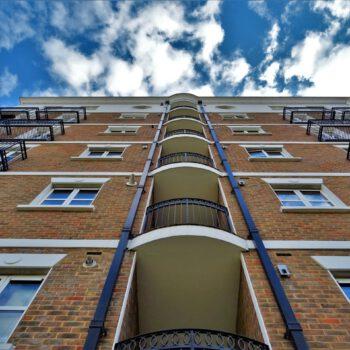 Sprzedaż mieszkań spadła o połowę, ale ceny nawet nie drgnęły. Poznań najbardziej stabilny