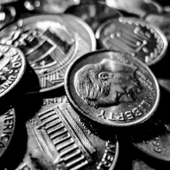 Sprzedaż monet na portalu aukcyjnym a podatek VAT