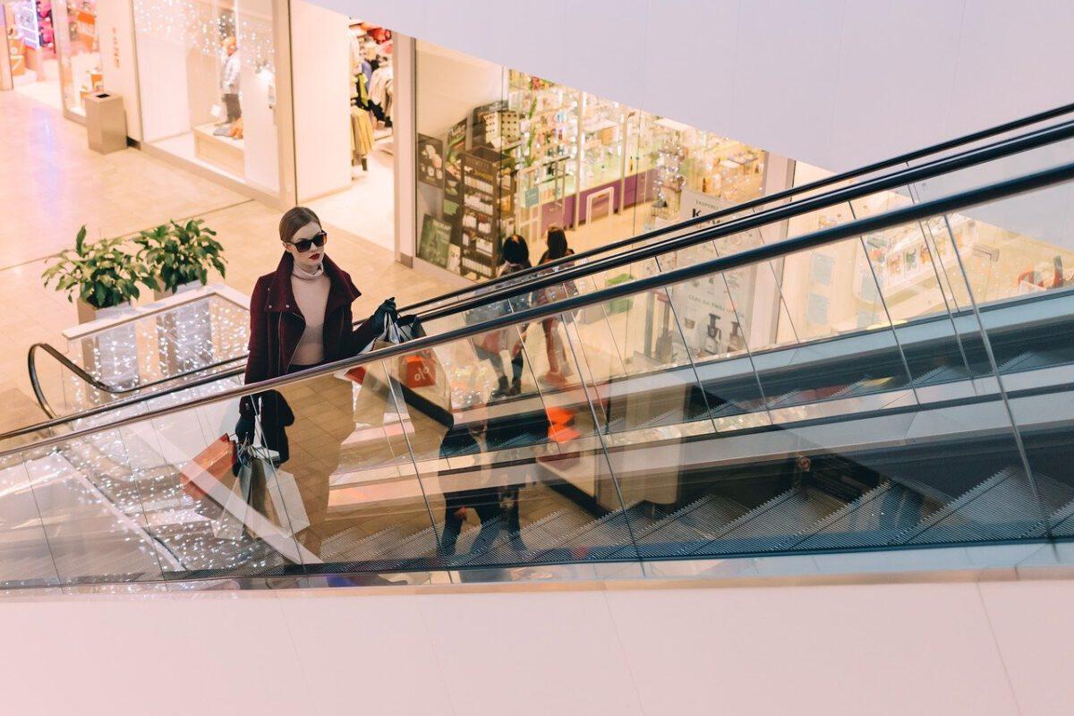 Usługi i rozrywka w centrach handlowych straciły połowę obrotów, co dalej z branżą retail