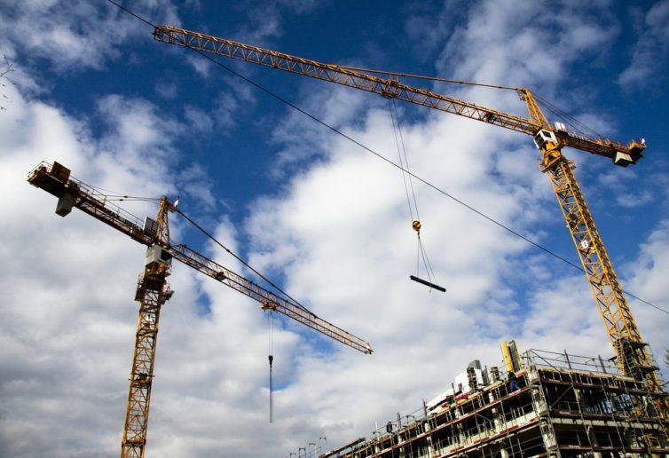 W budownictwie mieszkaniowym słupki wciąż w górę, a w tle szanse i zagrożenia kontynuacji boomu