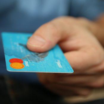 W markecie i na stacji benzynowej – tam Polacy najchętniej płacą kartą kredytową
