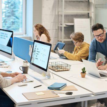 W połowie 2021 roku pracownicy wrócą do biur. Wierzy w to 7 na 10 dyrektorów zarządzających