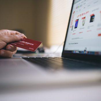 Polski e-commerce rośnie w siłę. Za zakupy online płacimy bezgotówkowo, ale inaczej niż przeciętny Europejczyk