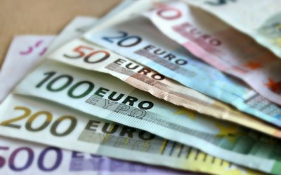 Dolar umacnia się, pomaga wzrost ryzyka i słabsze euro