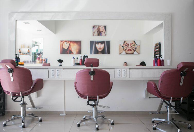 Kolejny etap odmrażania obejmie fryzjerów, kosmetyczki i branże gastronomiczną. Bony turystyczne na ratunek branży